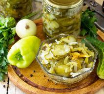 Najprostsza surówka z ogórków kiszonych z cebulą