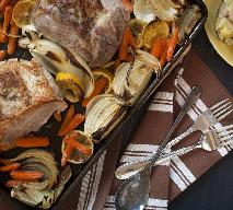 Schab pieczony z marchewką, cebulą i cytryną - idealny na rodzinny obiad
