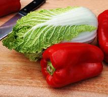 Sałatka z kapusty pekińskiej z papryką i kukurydzą [przepis]