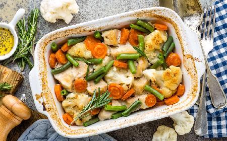 Polędwiczki z kurczaka pieczone z kalafiorem, zieloną fasolką i marchewką