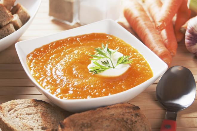 Rozgrzewający krem z marchewki: pyszna zupa na chłodne dni