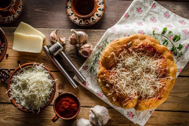 Langosze: przepis na kultowy węgierski street food [WIDEO]