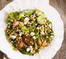 Pieczarkowa sałatka na ciepło z soczewicą i fetą: tani i sycący posiłek