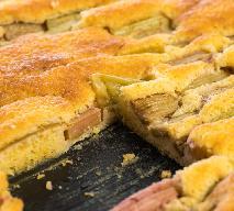 Lekki placek z rabarbarem: błyskawiczny przepis na pyszne ciasto domowe