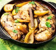 Miodowe nóżki kurczaka pieczone z gruszkami i bekonem: obłędny przepis na rodzinny obiad