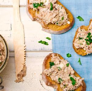 Przepis na pastę rybną z makreli, marchewki i koziego sera