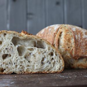 Jak upiec chleb na zakwasie? Prosty przepis na domowe pieczywo