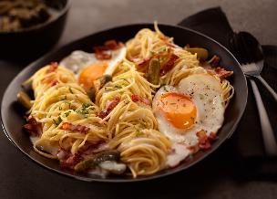 Makaron smażony z boczkiem lub szynką i jajkiem - zrobisz go w 5 minut z 3 składników!