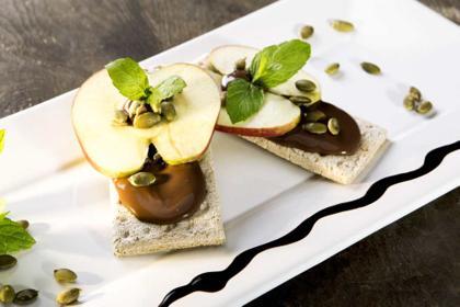 Przekąska dla dzieci: chlebki z kremem orzechowym i jabłkiem