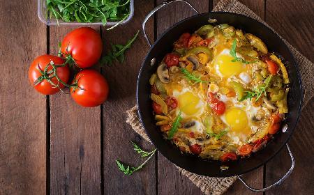 Jajka z boczniakami, szpinakiem i fasolą - sycący posiłek [WIDEO]