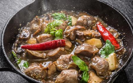 Gulasz z żołądków drobiowych i pieczarek: przepis na oszczędny obiad