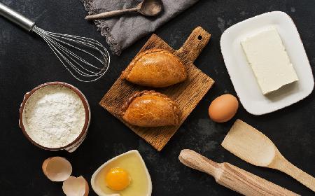 Pieczone pierożki z kasza gryczana i twarogiem: przepis na pyszną przekąskę