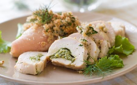 Roladka z kurczaka z młodymi ziemniakami i mizerią z menu beszamel