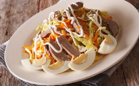 Genialna sałatka z gotowanych wieprzowych serc z warzywami