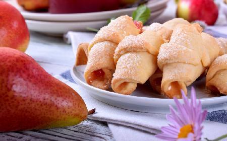 Rogaliki krucho-drożdżowe z gruszkami