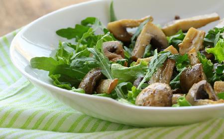 Znakomita sałatka z pieczonymi grzybami i awokado