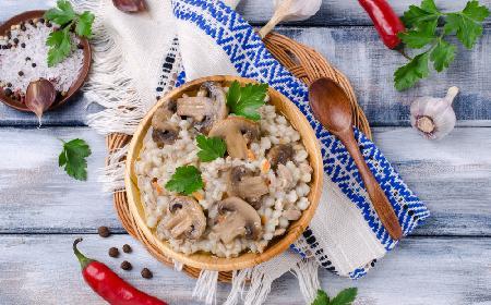 Sałatka z pęczaku z marynowanymi pieczarkami i kukurydzą
