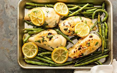 Cytrynowa pierś kurczaka z fasolką szparagową w 30 minut: cały obiad z 1 blachy