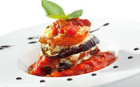 Bakłażany w sosie pomidorowym - przepis na proste danie wegetariańskie