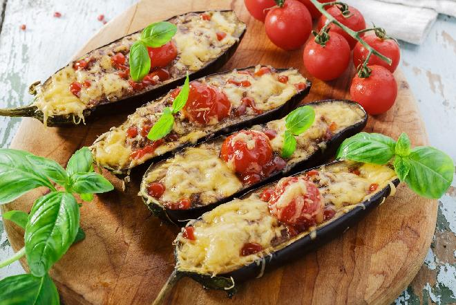 Bakłażany faszerowane mięsem z sosem czosnkowo-ziołowym [przepis]