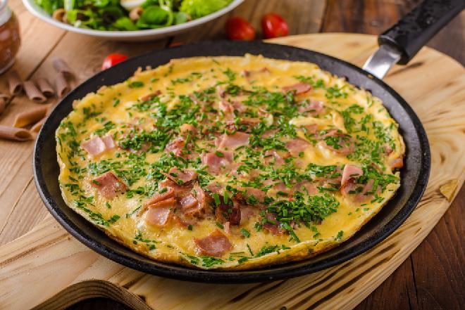 Omlet z szynką i warzywami z menu beszamel