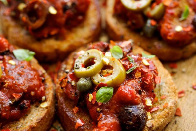 Tatar z pomidora według Magdy Gessler: przepis na smaczną przekąskę