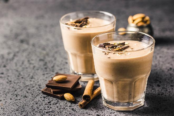 Koktajl mleczny z kawą i miodem: puszysty niczym pianka