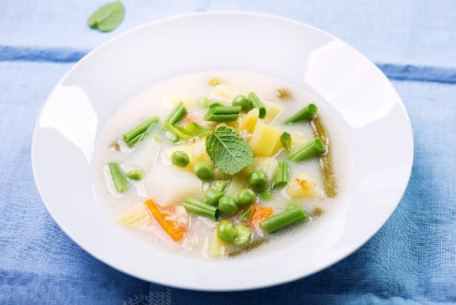 Aksamitna zupa z mrożonych warzyw: przepis na kremową zupę warzywną