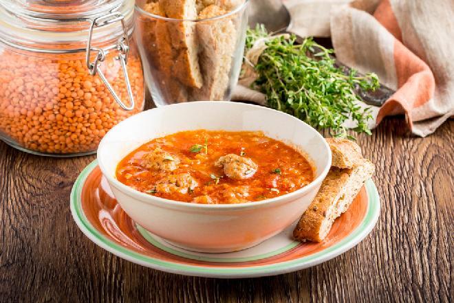 Pożywna zupa z czerwonej soczewicy z klopsikami: sprytny przepis