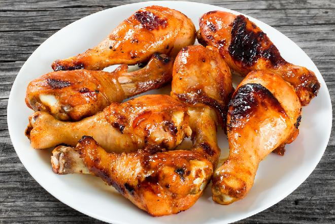 Pałki kurczaka w coli: tylko 3 składniki i 20 minut, aby zajadać się pysznymi nóżkami