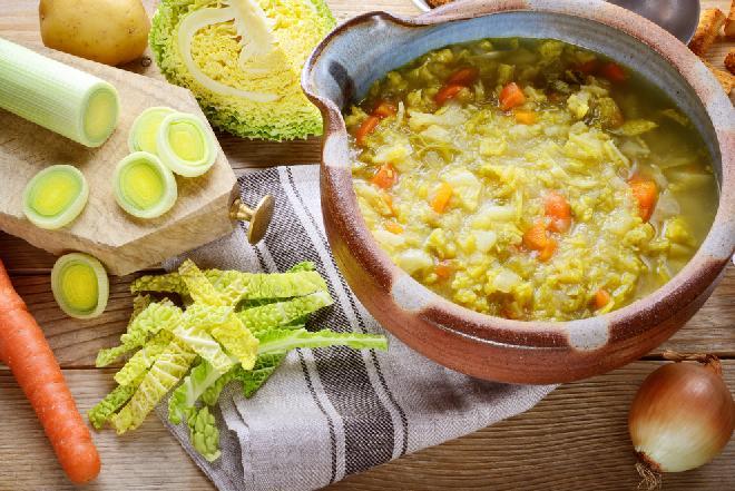 Odżywcza zupa z kapusty włoskiej i pora: dietetyczny i pyszny kapuśniak ze słodkiej kapusty