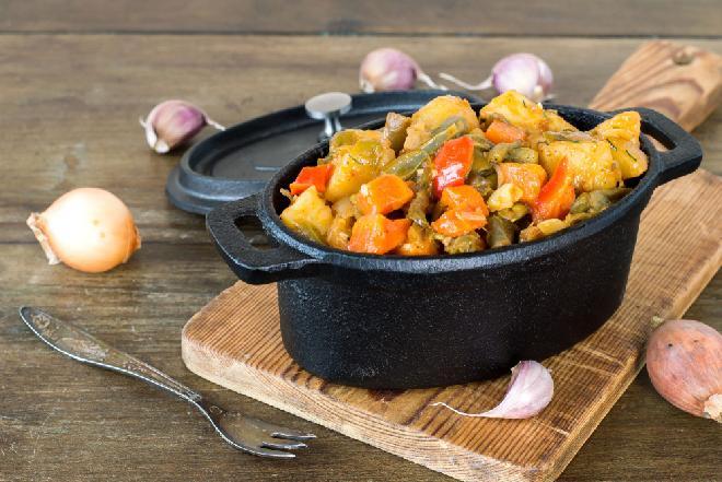 Aromatyczne duszone warzywa - pyszny gulasz w wersji wege