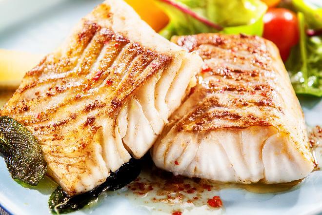 Pieczona ryba w brązowym maśle podawana z sałatką ze szpianaku