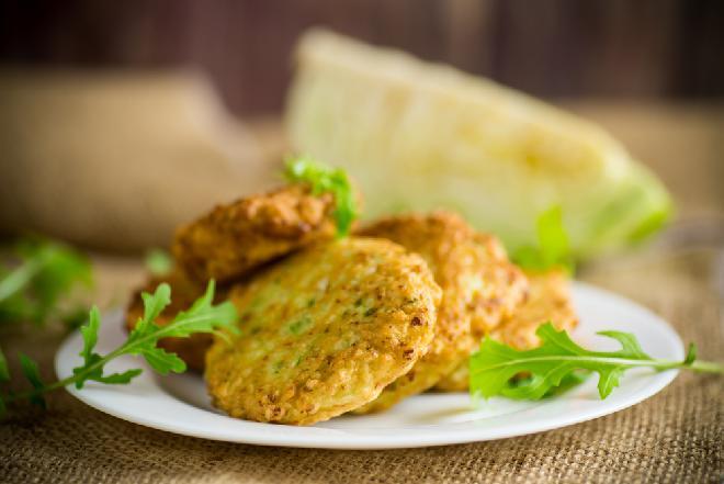 Placki ze świeżej kapusty i kaszy manny: łatwy przepis na tani i sycący obiad