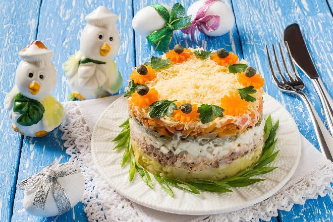 Sałatka wielowarstwowa z tuńczykiem i jajkiem - na Wielkanoc i nie tylko [WIDEO]