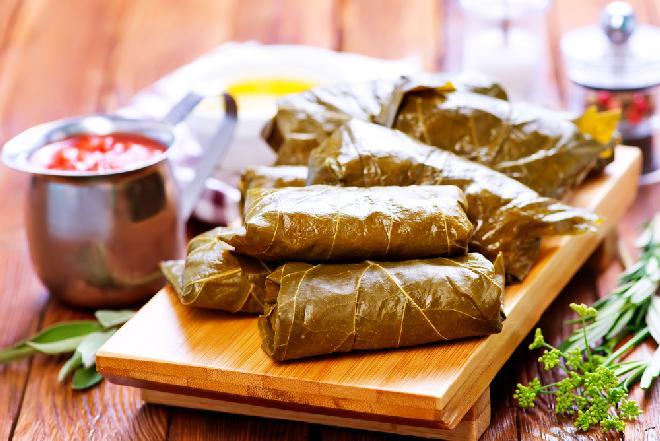 Dolma, dolmasi, dolmades - mięso mielone w liściach winorośli: przepis kuchni tureckiej [WIDEO]